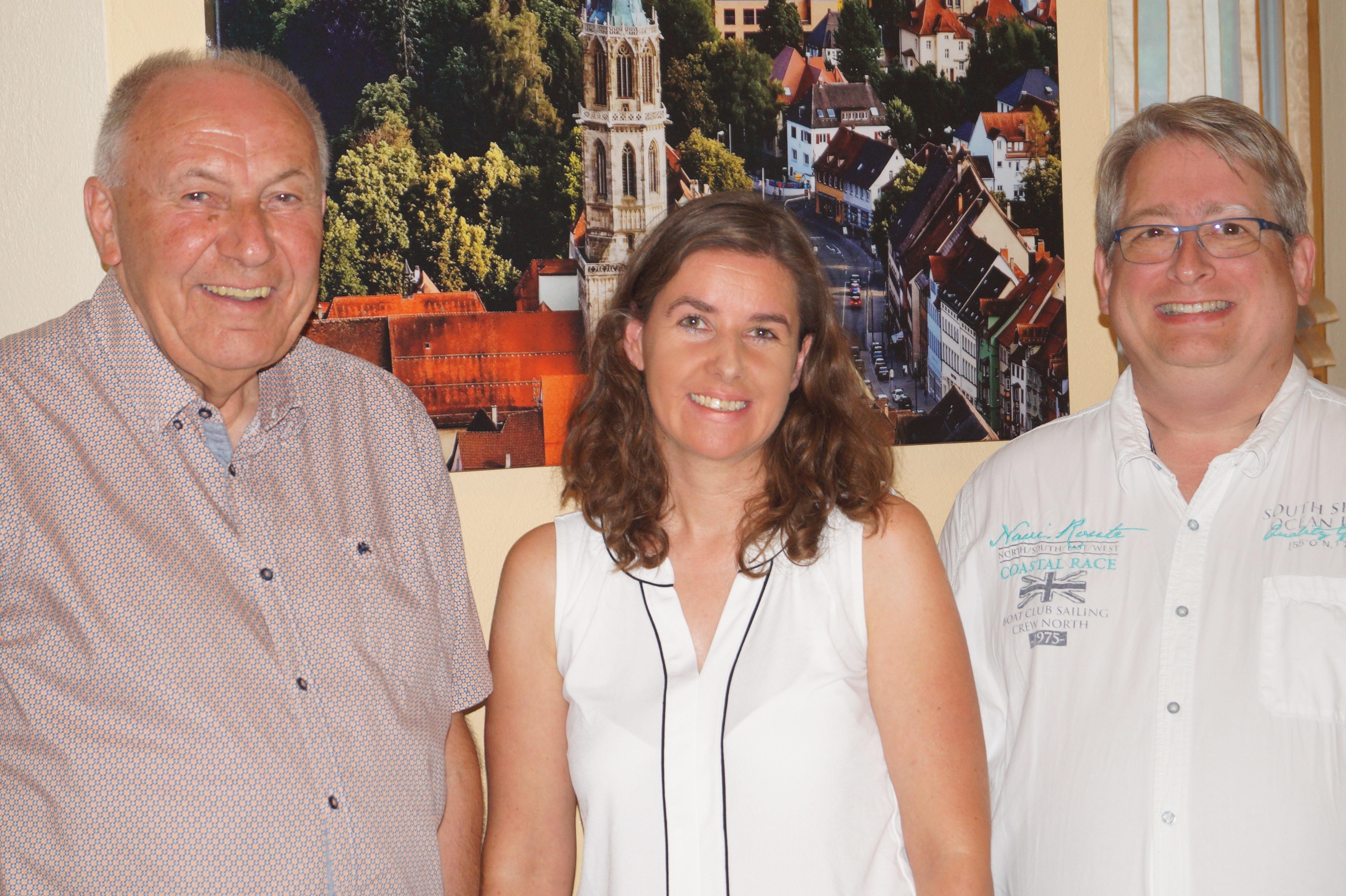 Hans-Peter Faißt (links) und Mirko Witkowski (rechts) bedankten sich im Namen der AWO bei Isabel Mayer (Mitte) für ihre am Omsdorfer Hang und am Hegneberg geleistete Arbeit sowie ihren Vortrag bei der AWO-Kreisdelegiertenkonferenz. Foto: Petra Staiger